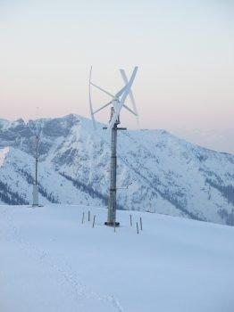 Neben der Photovoltaikanlage und dem Blockheizkraftwerk liefert auch dieses Kleinwindkraftwerk Strom für die Berghütte.