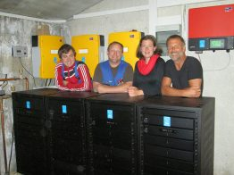 The landlord and landlady of the Ostpreußenhütte, Barbara Weiss and Harald Anders (on the right), are happy with this new, highly reliable battery. Photo with the commissioning engineers from Meisl.