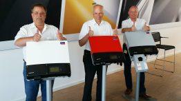 Stolz auf den Erfolgsschlager: Die Produktmanager Wilfried Vogt, Detlev Tschimpke und Klaus Wenig zeigen den Sunny Boy in unterschiedlichen Länder-Varianten.