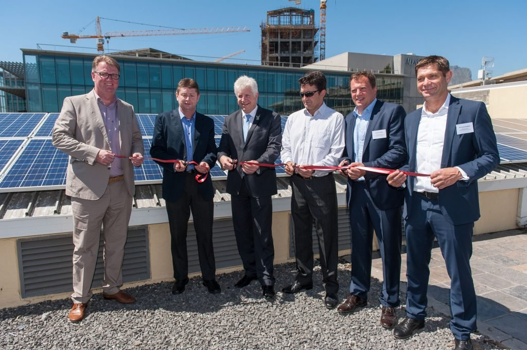Einweihung der Solaranlage auf den Dächern der V & A Waterfront: Gregor Küpper (SolarWorld SA), Colin Devenish (V&A Waterfront), Alan Winde (Minister of Economic Opportunities of Western Cape), Axel Scholle (Sustainable Power Solutions), Thorsten Ronge (SMA SA), Bernhard Suchland (Schletter SA).