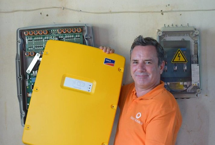 Nick Boyle, CEO Lightsource Renewable Energy, hat SMA Sunny Island Batterie-Wechselrichter in Kambodscha installiert. Die 10 kWp-Anlage versorgt die Schule mit elektrischer Energie.