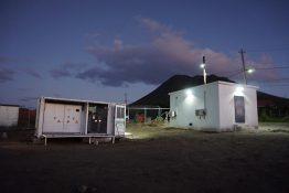 Die Medium Voltage Power Station und die Mittelspannungsstation unter Flutlicht.