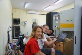Projektmanagerin Wiebke Krüger, Entwicklungsingenieur Tim Rösinger und Projektingenieur Hamed Sadri setzen während des System Functionality Test Parameter für den SMA Fuel Save Controller.
