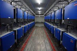Zum Schutz vor Korrosion durch die aggressive Meeresluft sind die 73 SMA Sunny Tripower in Containern installiert.