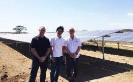 Andreas Höfer (re) und Mathias Zenker (li) freuen sich mit Investor und Projektrealisierer Leandro Leviste über ihre erfolgreiche Arbeit auf den Philippinen.