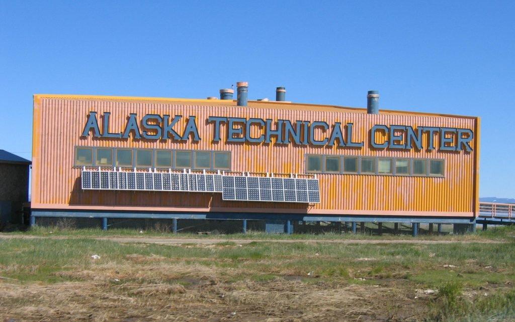 Das Alaska Technical Center in Kotzebue nutzt eine Fassadenmontierte Solaranlage, um die Kosten für Diesel zu reduzieren.