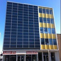 Insgesamt 96 Solarmodule sind an der Fassade des Gebäudes in Anchorage, Alaska, angebracht und erzeugen mit 3 Sunny Boy 6000-US Solarstrom.
