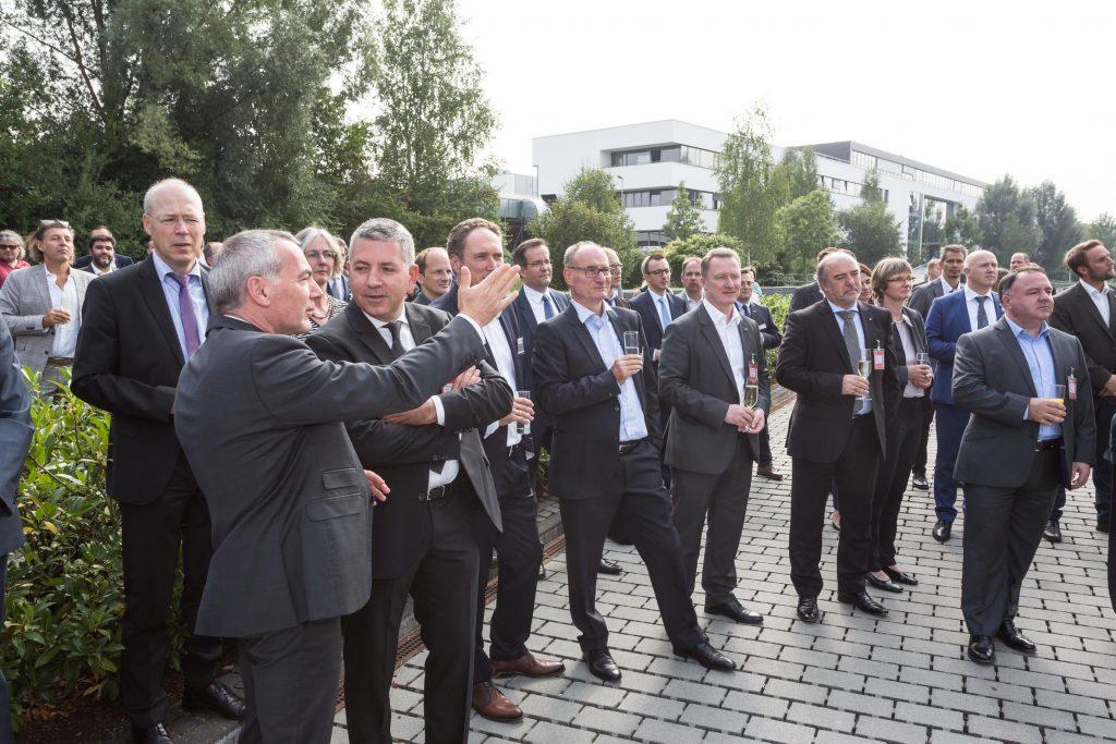 Die Gäste warteten gespannt auf die Enthüllung des neuen Namens der SMA Solar Academy.