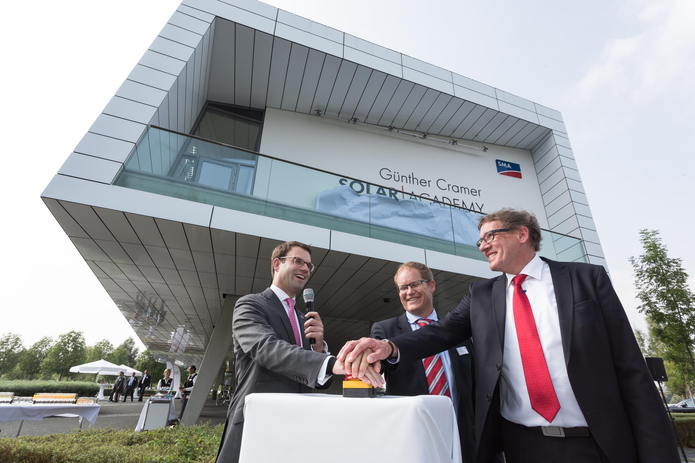 Der Vorhang fällt: Anlässlich des Firmenjubiläums wurde die SMA Solar Academy zu Ehren von Günther Cramer umbenannt in Günther Cramer Solar Academy.