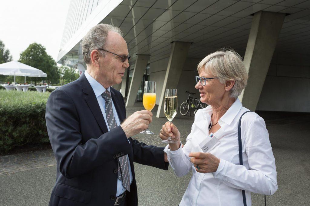 Prof. Dr. Werner Kleinkauf, Mentor der SMA Gründer und Irene Cramer stoßen auf das 35 Jährige Firmenjubiläum an.