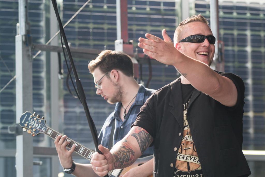 Live-Musik darf auf dem Sommerfest nicht fehlen: Insgesamt spielten vier Bands mit Musikern aus der Belegschaft und Freunden. Los ging's mit Spitfire & Band.