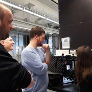 Kameramann und Protagonisten schauen sich eine Steadycam-Aufnahme an