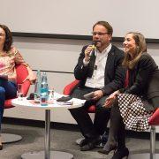 Anja Jasper (r.), Leiterin der SMA Unternehmenskommunikation, moderiert die Podiumsdiskussion mit Angela Dorn, Bündnis 90/Die Grünen (li.), und Timon Gremmels, SPD.