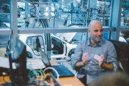 EEBUS Entwickler beim Plugfest E-Mobility in der gläsernen Manufaktur Dresden.
