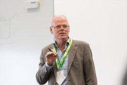 Kurz und knapp: Daniel Bannasch erklärt die Energiewende auf dem Bierdeckel.