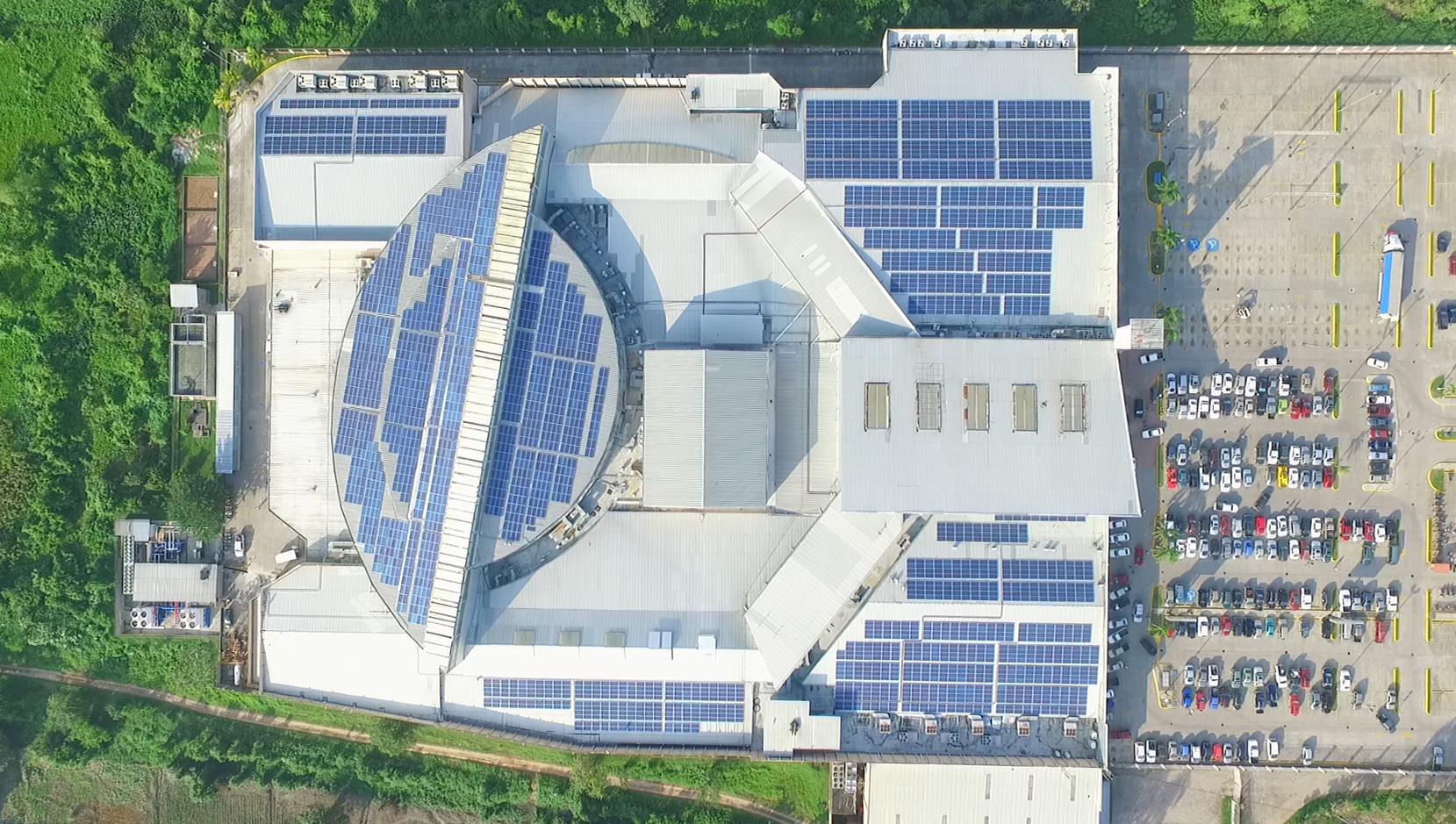 Sistema solar en el techo del Mall Megaplaza El Progreso